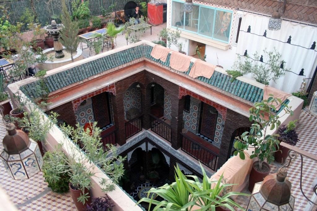 So mieß wie das Hotel von außen aussieht, so gegensätzlich zeigt es sich im Inneren des mehrfach angebauten Gebäudekomplexes.