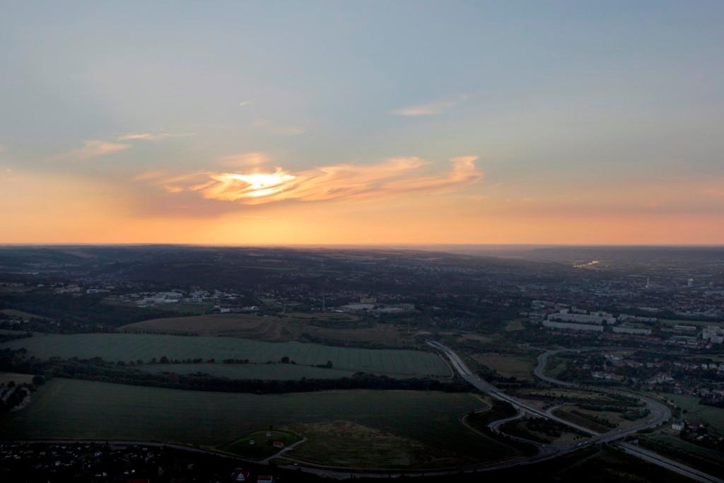 Sonnenuntergang im Dresdner Westen, vor uns die BAB 17 Abfahrt Südvorstadt