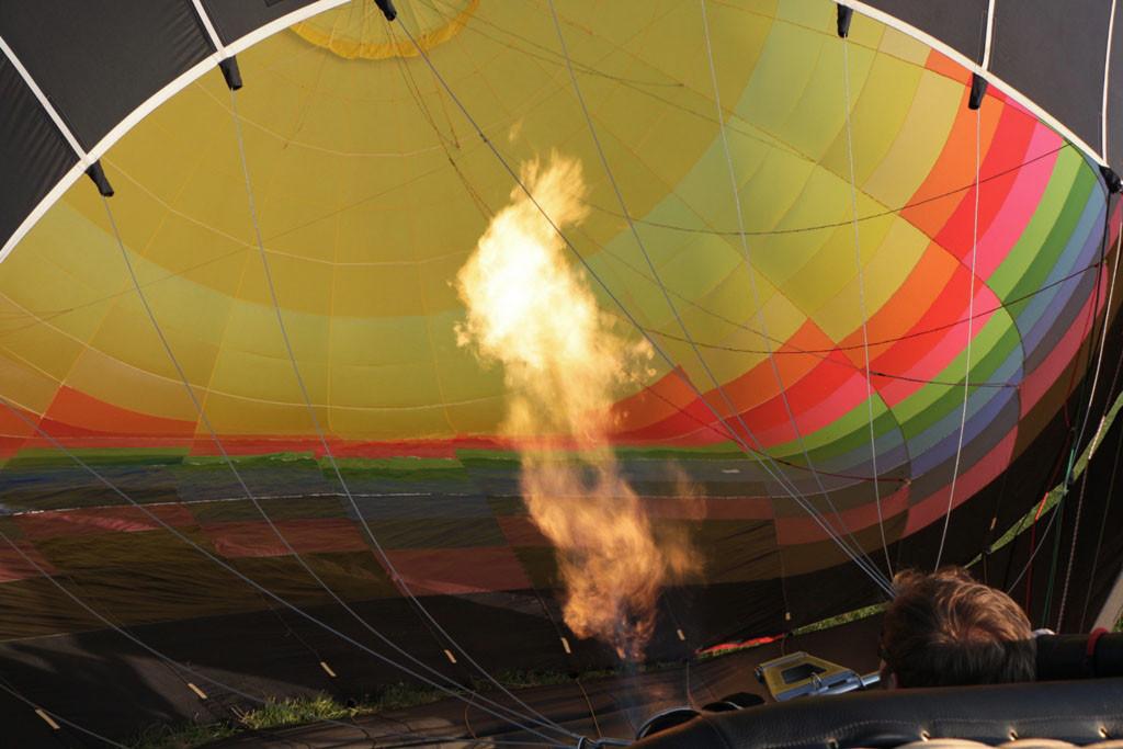 Ganze 5 bis 7 m ist die Flamme lang um die Heißluft in der Baqllonhülle zu erzeugen