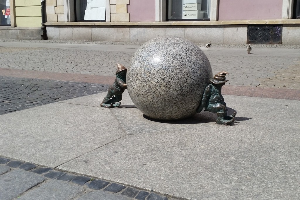"""Die Wrocławskie Krasnale, Breslauer Zwerge, hier der Favorit """"Syzyfek Podnoszący Kulę"""""""