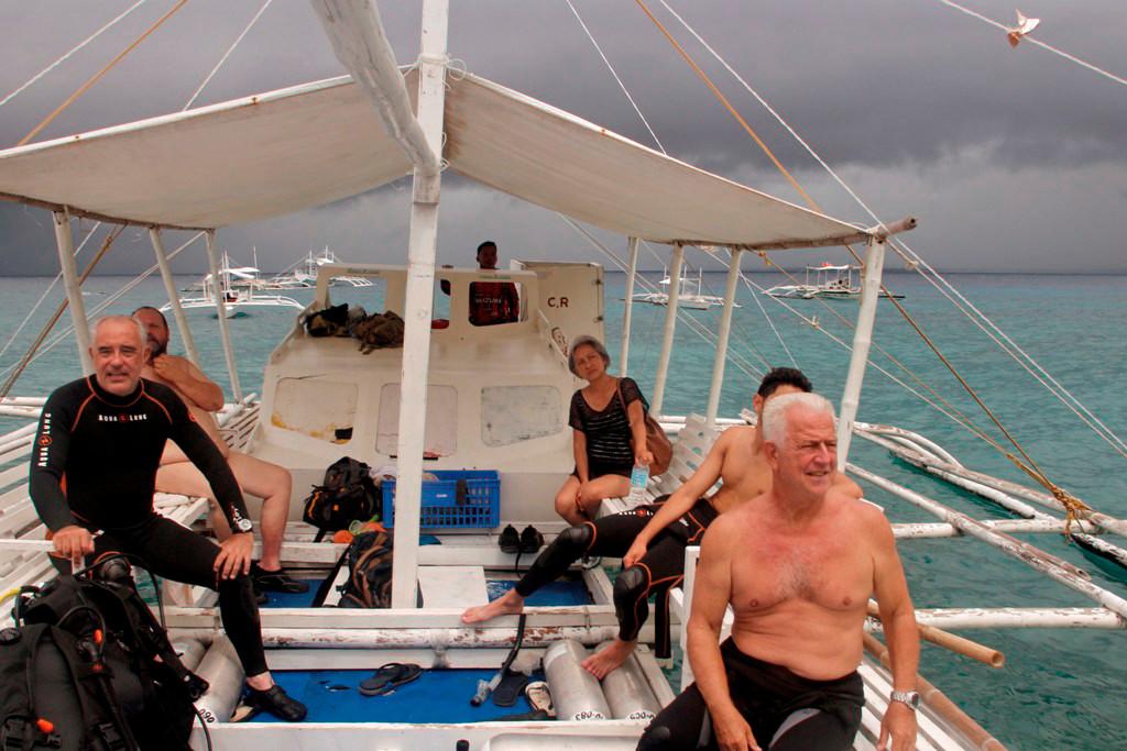 Die Crew macht sich bereit für einen Landgang auf Apo Island!