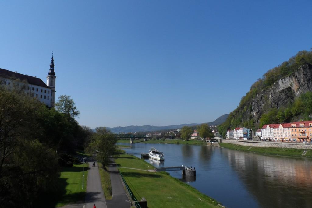 Zámek (Schloss) Děčín links und die Elbe und rechts die Schäferwand