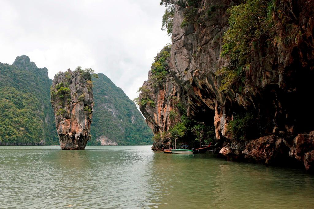 Die Insel und die restliche Phang Nga Bay mit ihren schroffen Kalksteinfelsen und smaragdgrünem Wasser sind durch Wind, Wetter, Strömungen und  tektonischer Verschiebung der letzten 100 Mio. Jahre geformt worden.