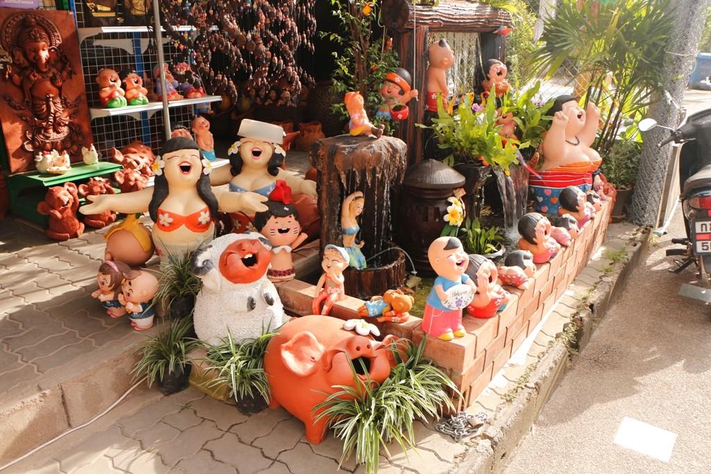 Was bei uns die Gartenzwerge, in/auf Phuket sind´s diese drallen Lady´s!