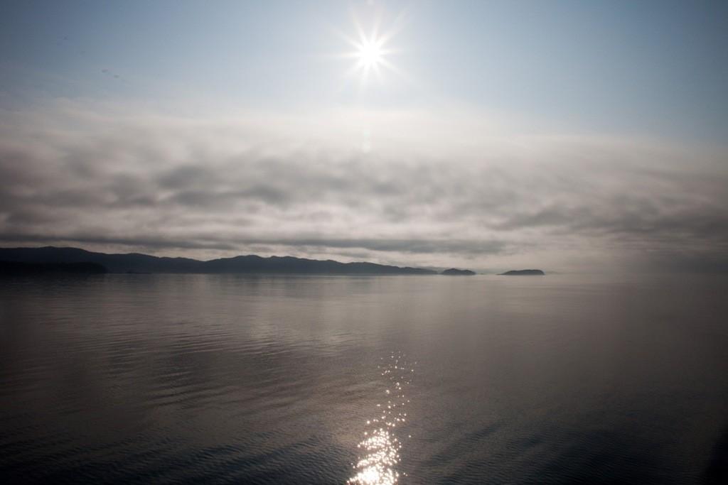 Wir sind in der Hecate Strait die ca. 267 Km lang ist. Kleine Inselgruppe im diffusen Sonnenlicht