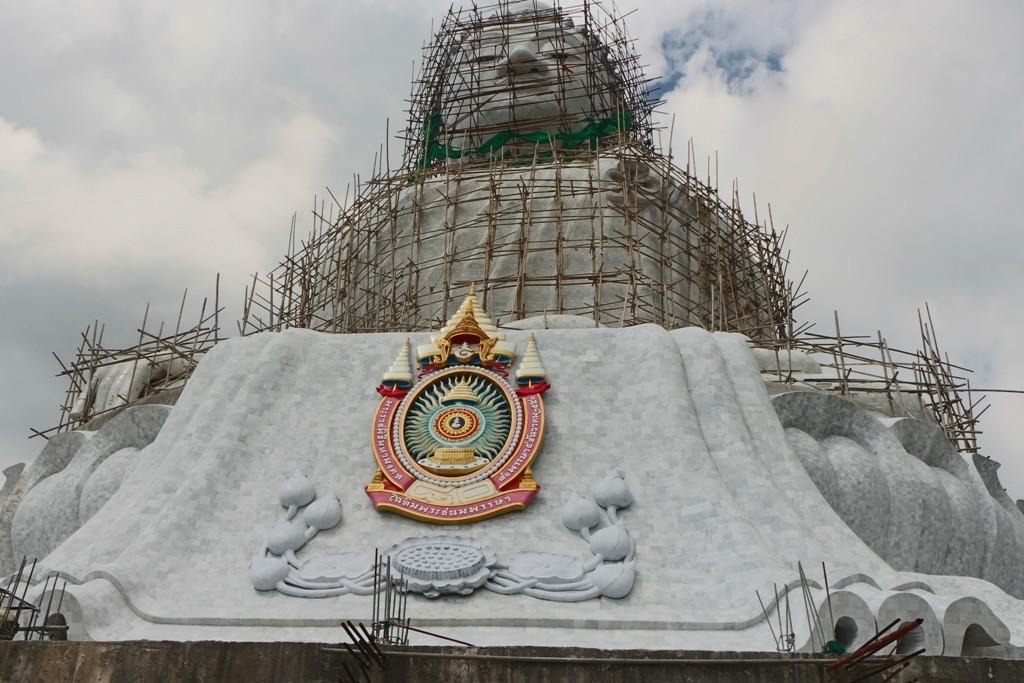 Vorderansicht des Big Buddha mit königl. Wappen