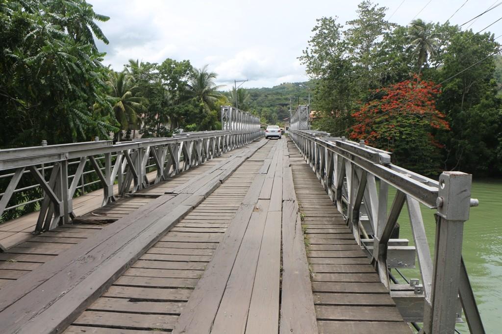 Eigenwillige und recht seltene einspurige Brücke über den Loboc River! Selten deshalb, da dies eine Hauptstraße ist!