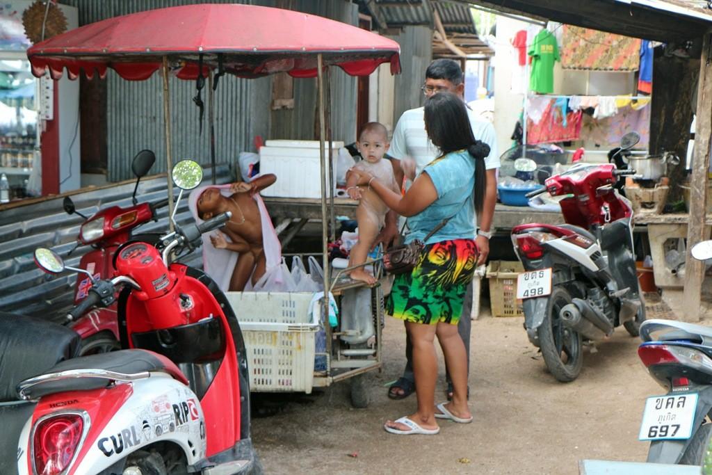 Nachmittagstoilette am Straßenrand - oder besser dicht neben dem Marktgetümmel