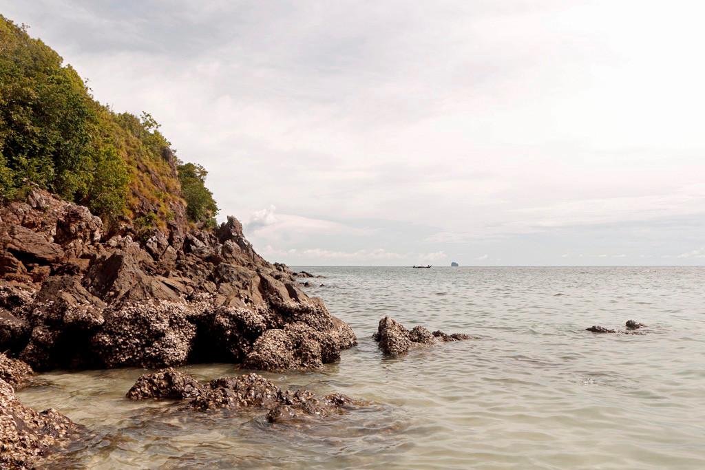 Felsige Küstenpassage auf der an sonsten sehr flachen Insel Koh Khai