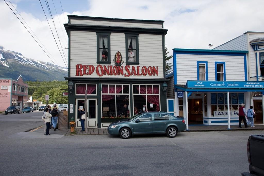 Noch ein legenderes Haus, der Red Onion Saloon in Skagway. Hier verjubelten einst die Goldsucher ihre mühsam geschürften Nuggets mit den leichten Mädchen dieses Etablissements
