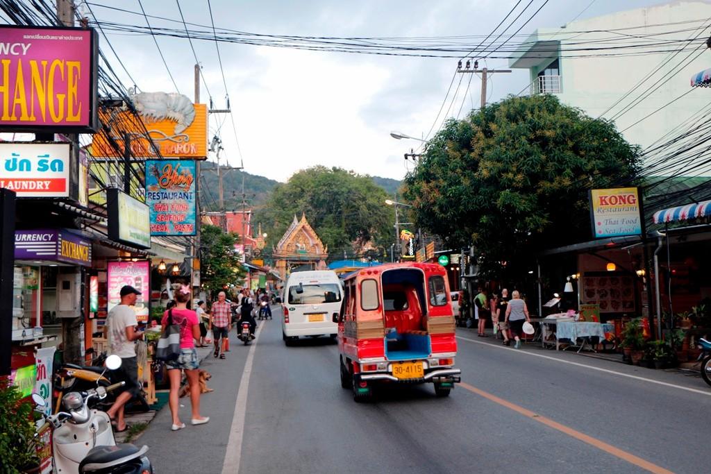 Blick auf der Patak Rd. zum Wat Karon, der Tuk- Tuk im Phuketstyle im Vordergrund