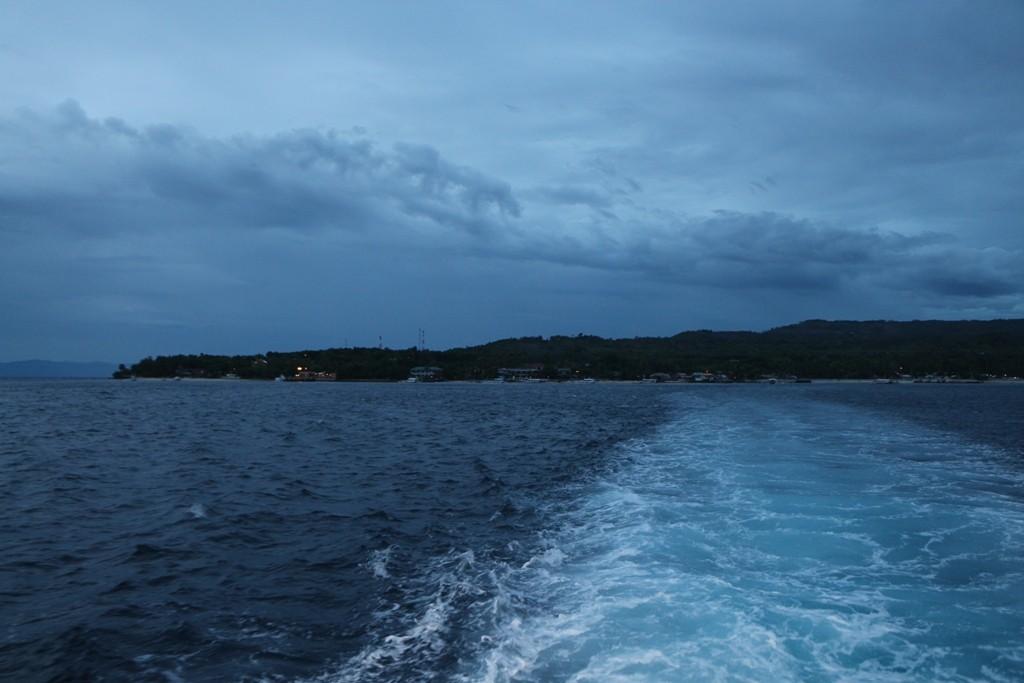Spätabends fahren wir wieder über die Tanon Strait zur Insel Negros