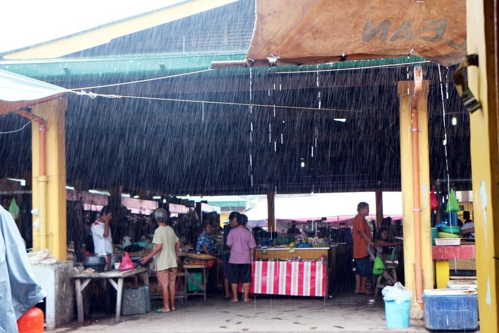 Ein typischer Regenzeitguss im Public Market zu Dauin