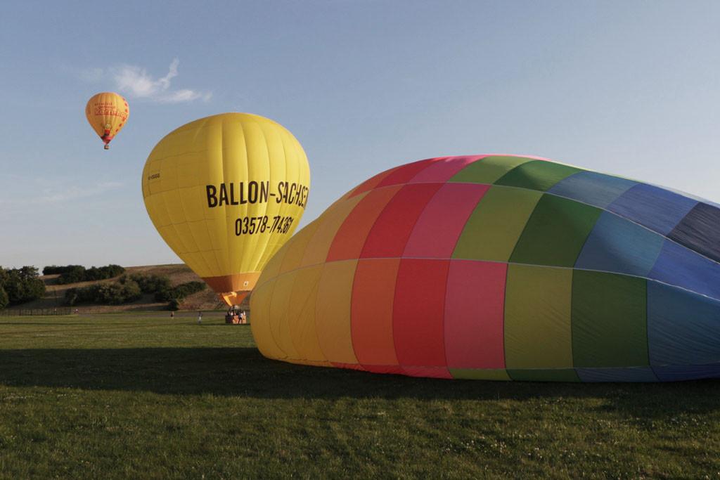 Erst wenn kein oder kaum noch ein thermischer Aufwind besteht wird die ausgerollte Ballonhülle mit