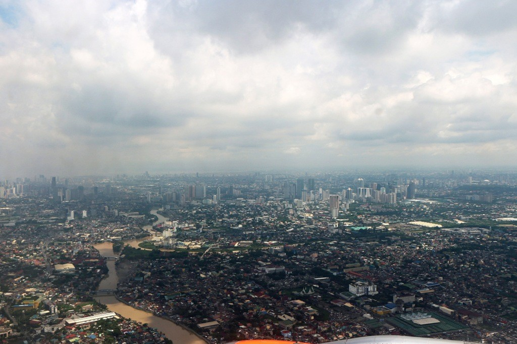 Bei anfangs wunderbaren Wetter, Szenen des Anfluges auf Manila