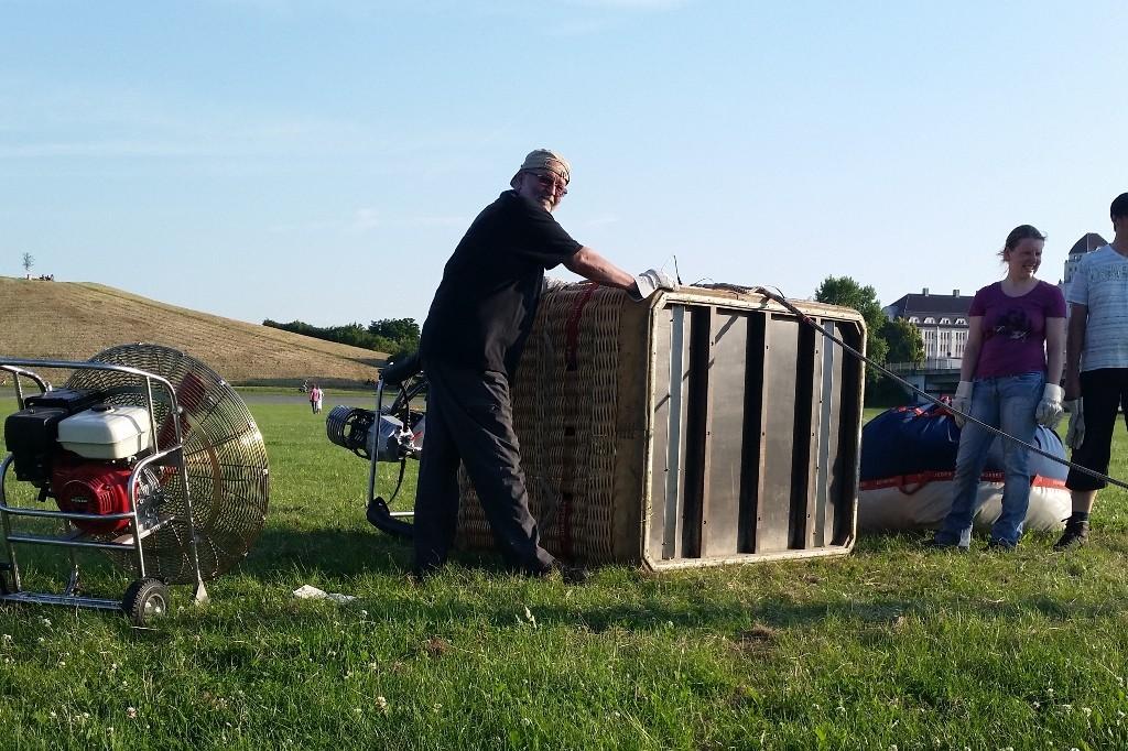 Den Ballonkorb aus Peddigrohrgeflecht ist herunter gehieft, vier Mann vier Ecken sind für die ca. 80 Kg scho nötig