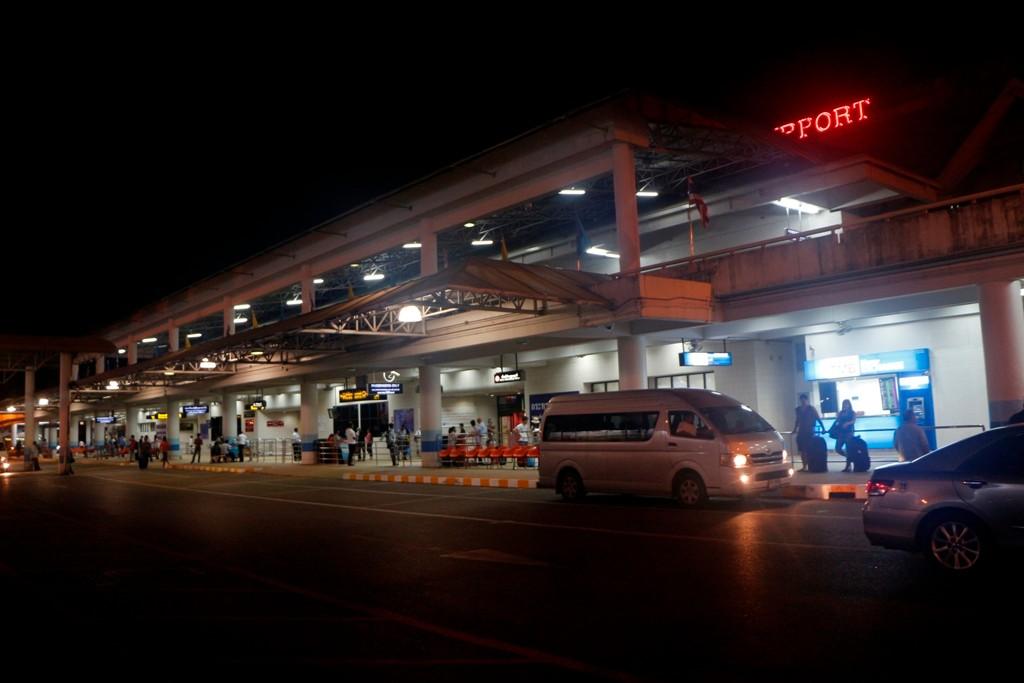 Vor dem Airport warten wir auf unser Taxi nach Karon