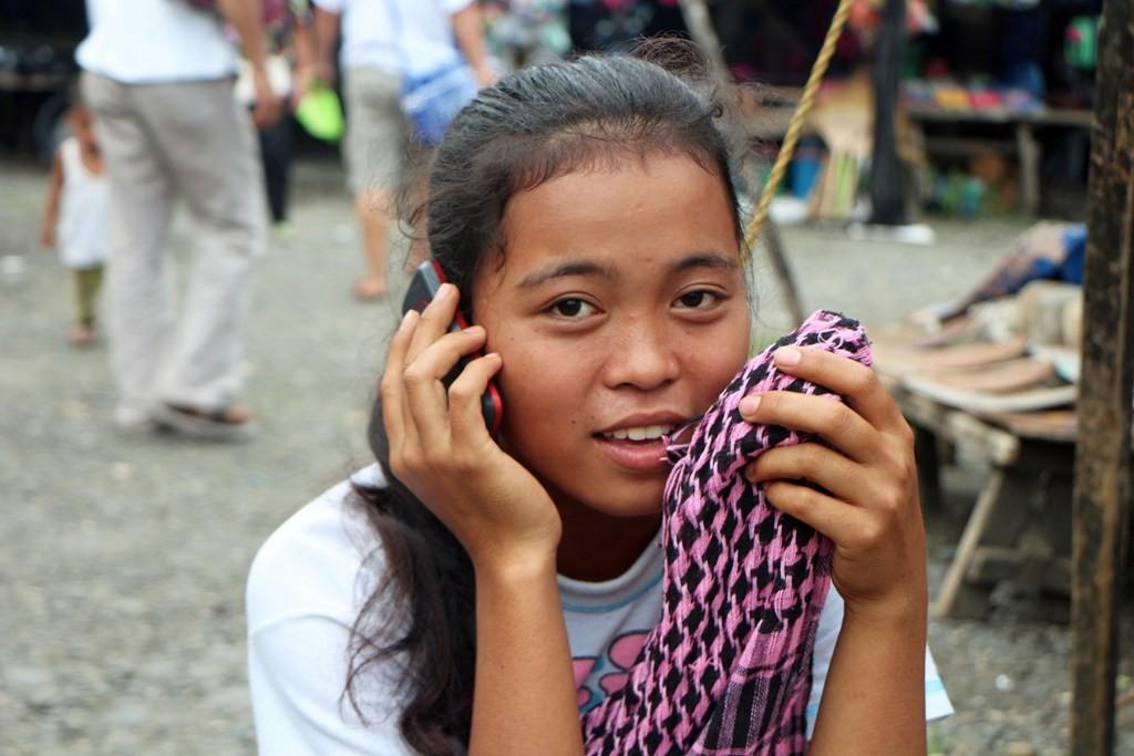 ...kaum etwas ordentliches auf dem Leib aber ein Handy muss eben sein, moderner Chic!