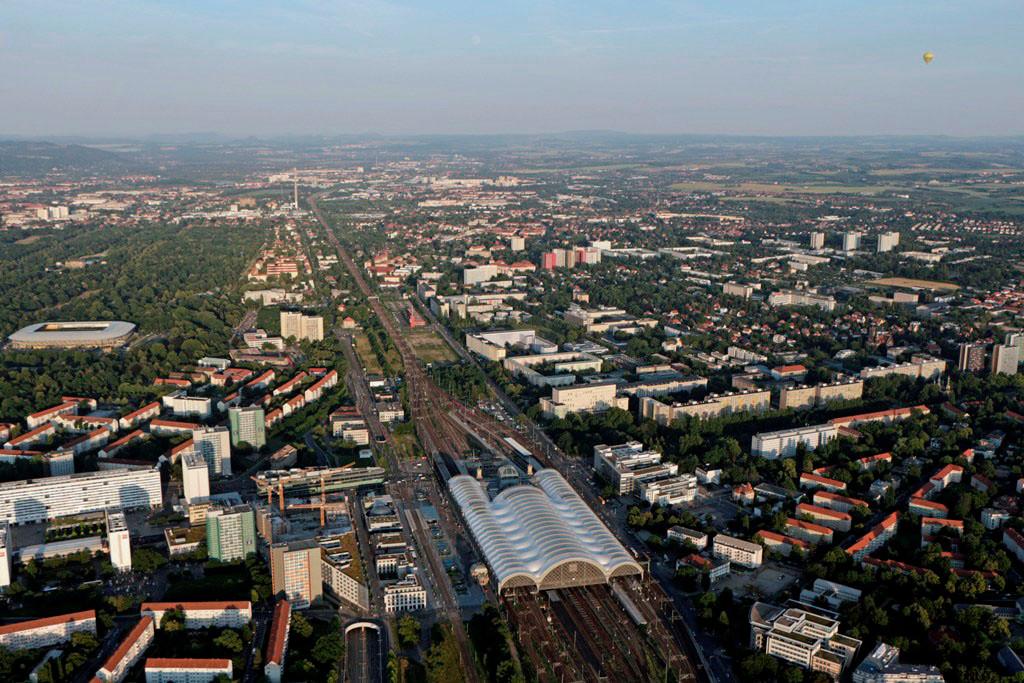 Der Dresdner Hauptbahnhof. Links beginnt die Prager Straße, dahinter die Seevorstadt West und das Glücksgas Stadion (Dynamo Stadion) mit Großen Garten. Rechts Fritz-Löffler u. Hochschulstr. mit der HTW und Teile der TU Dresden