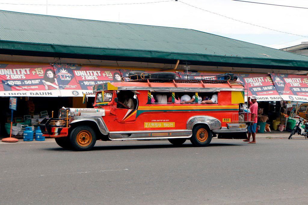 Jeepney am variablen Haltepunkt in Dauin am Public Market.