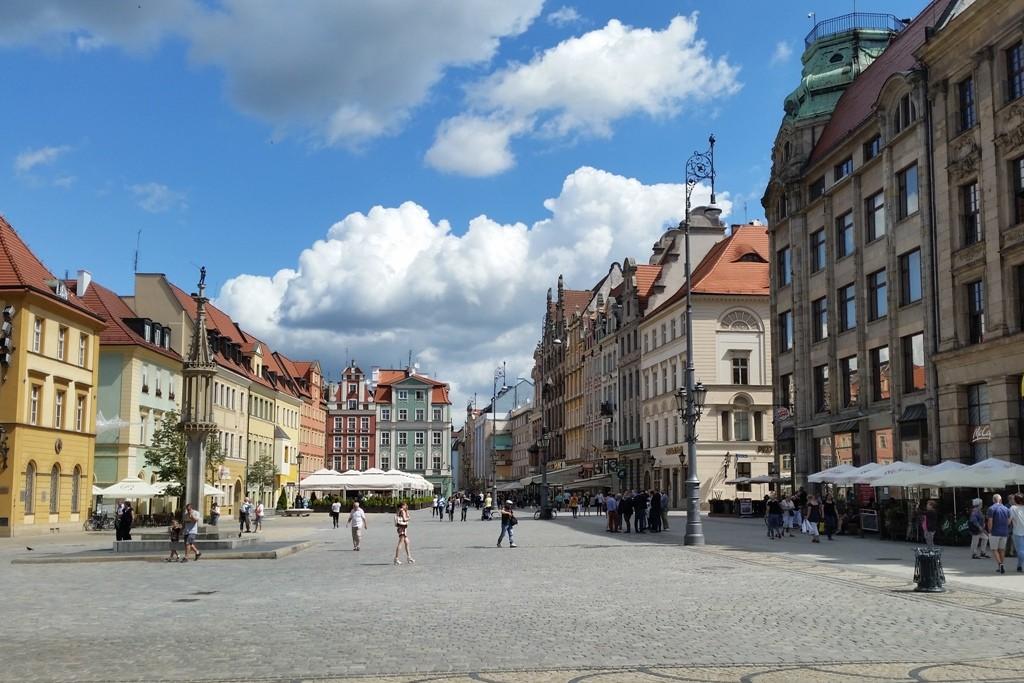 Die östliche Seite des Rynek mit dem Pranger. 1681 fand an ihm die letzte Hinrichtung statt.