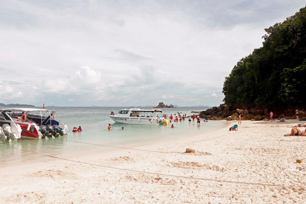 Mit beidseitigem Sandstrand im flachen Wasser, das reine Badevergnügen! Ja wenn der Massentourismus nicht wäre!