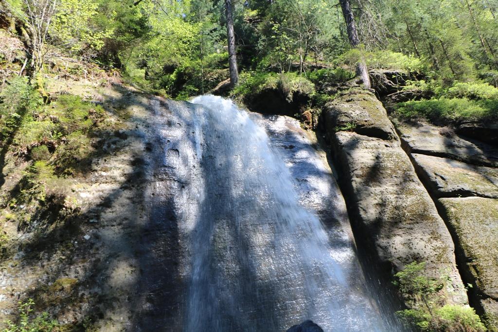 Die touristische Attraktion in der angestauten Kamnitz der Wasserfall, der per Seilzug vom Fährmann (Stacker) ausgelöst wird.