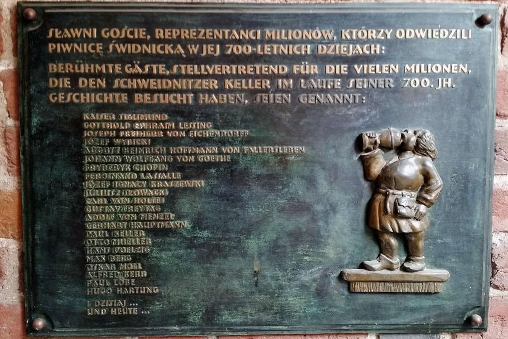 Eine Ehrentafel am Eingang weißt auf die z.T. hochrangigen Gäste über die Jahrhunderte des bestehens der Lokalität hin