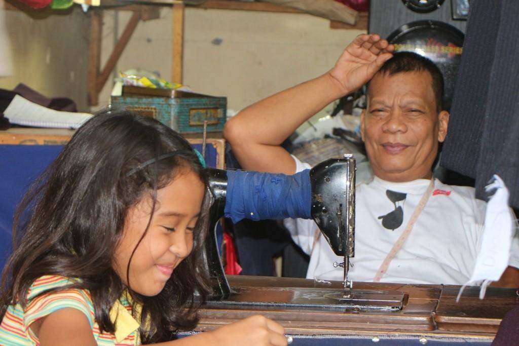 ...selbst den Schneider für schnelle Änderungen und Reparaturen gibt´s an der Ecke! Die Enkelin hilft schon mit!