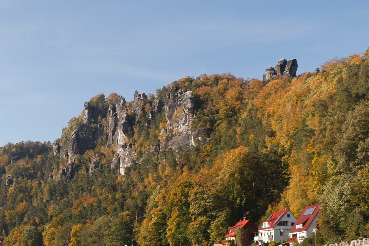 Ein letzter Blick zurück, man sieht u.a. die große Steinschleuder und den Mönchsfelsen.