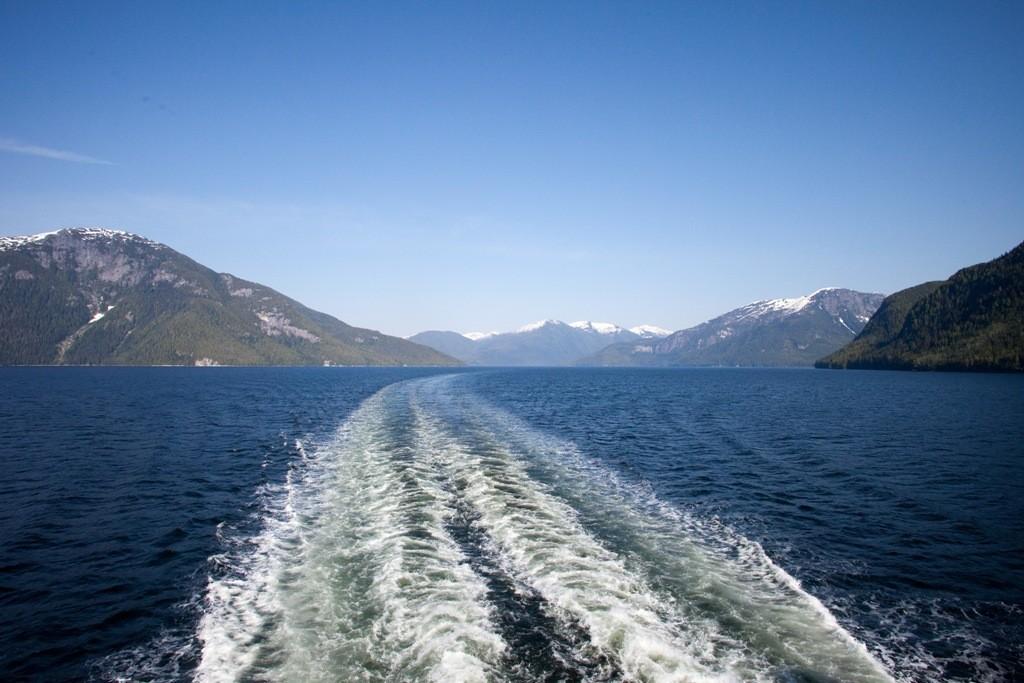 """Das Kielwasser der """"Victoria"""" mit Rückblick auf den Grenville Channel den wir vor kurzem verlassen haben."""