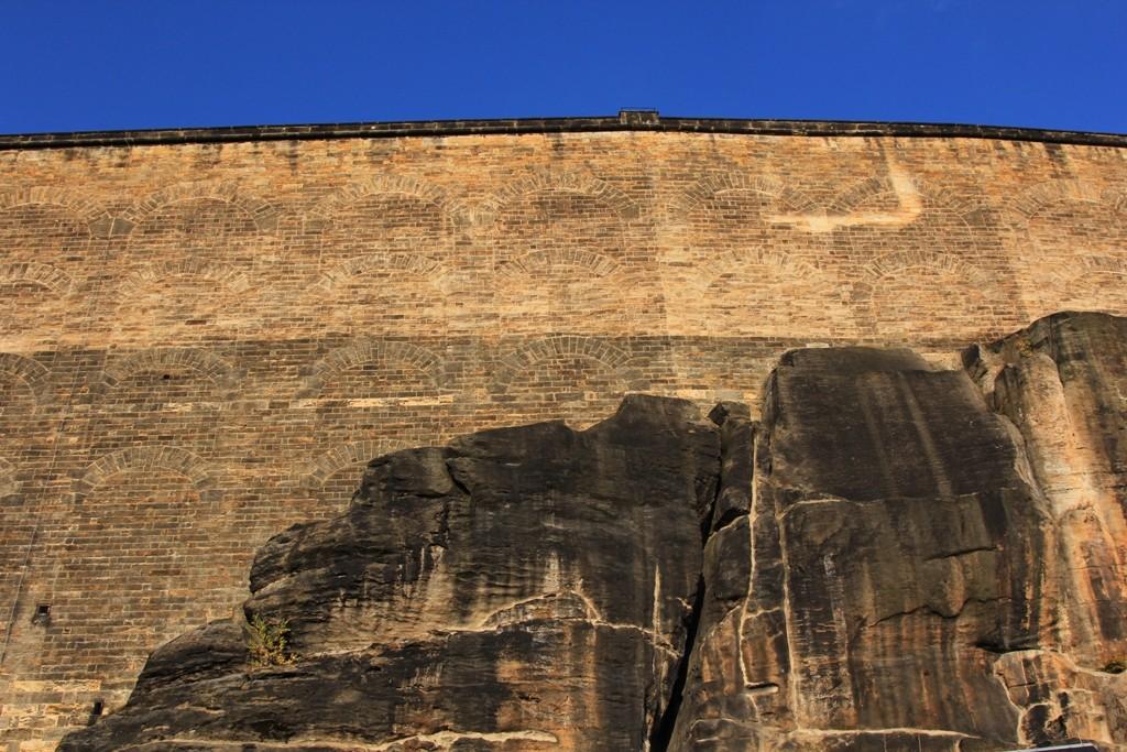 Teilansicht der mächtigen Wehrmauern an der Festung Königstein