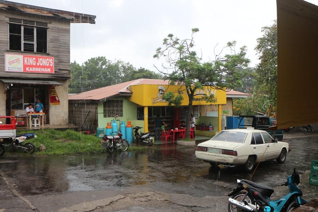 ...alle Menschen flüchten unter mögliche Dächer und Planen, der Regenguss ist schuld!