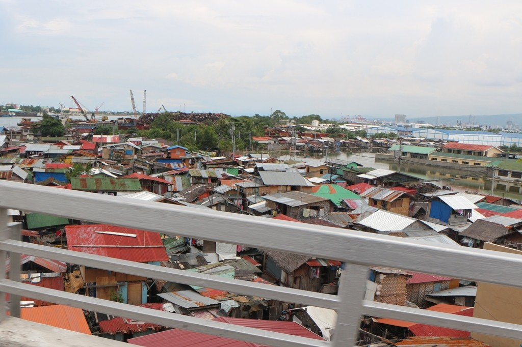 Blick von der Osmena Bridge auf die Slums von Mactan Island, halten ist hier nicht, darum das verwischt Geländer!