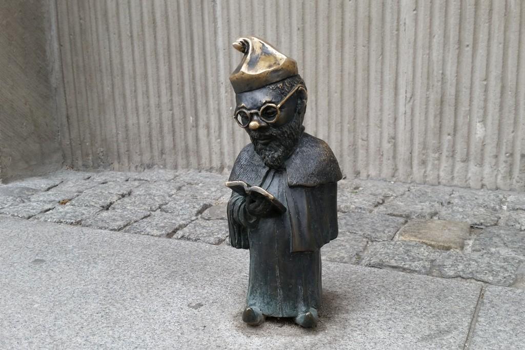 Eindeutig, der Professor vor dem Universitätsgebäude