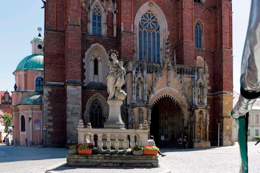 Eingang zur Kathedrale, im Vordergrund die Madonnastatue