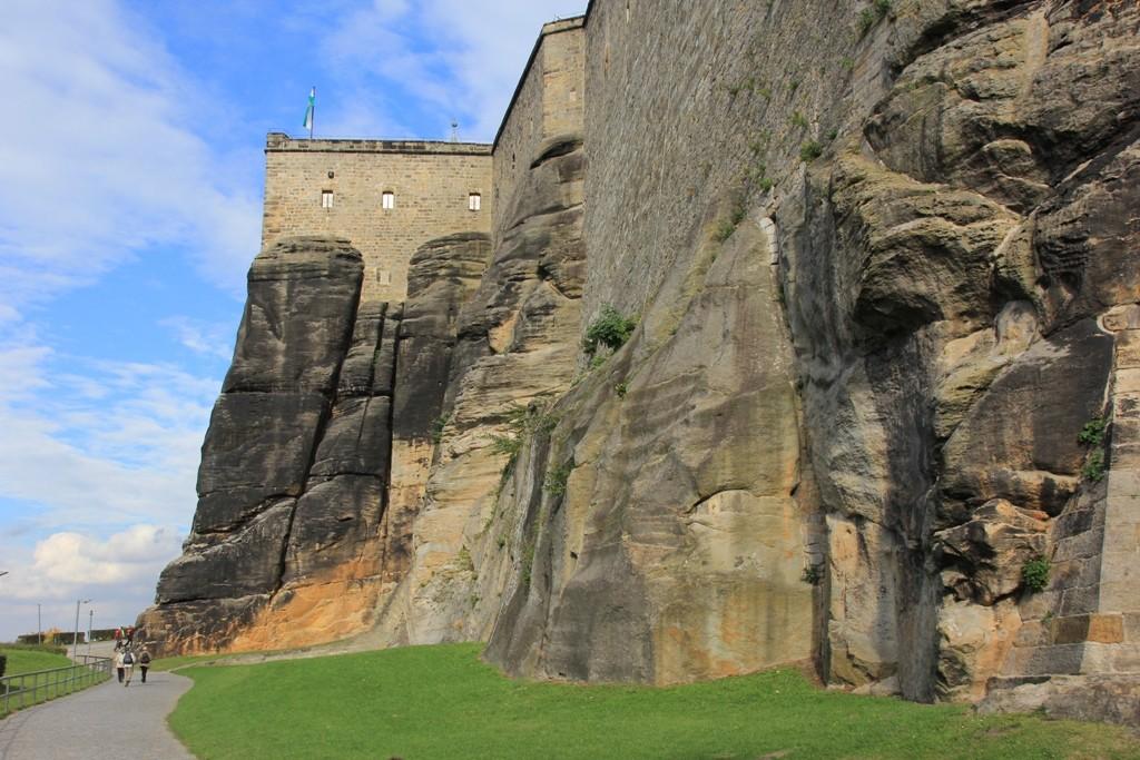Teilansicht (Horn und Seigerturm) der natürlichen Felswände und integrierter Sandsteinmauer