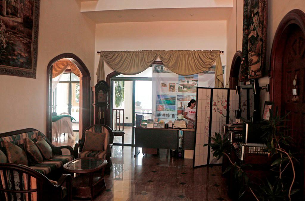 Blick vom Eingangsportal zur Reception, ein gediegener Anblick!