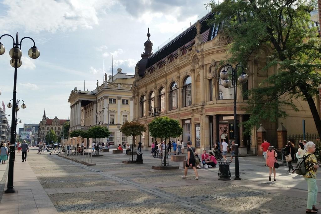 Rechts das ehemalige Gebäude des Schlesischen Bankvereins steht am Theaterplatz, erbaut 1899