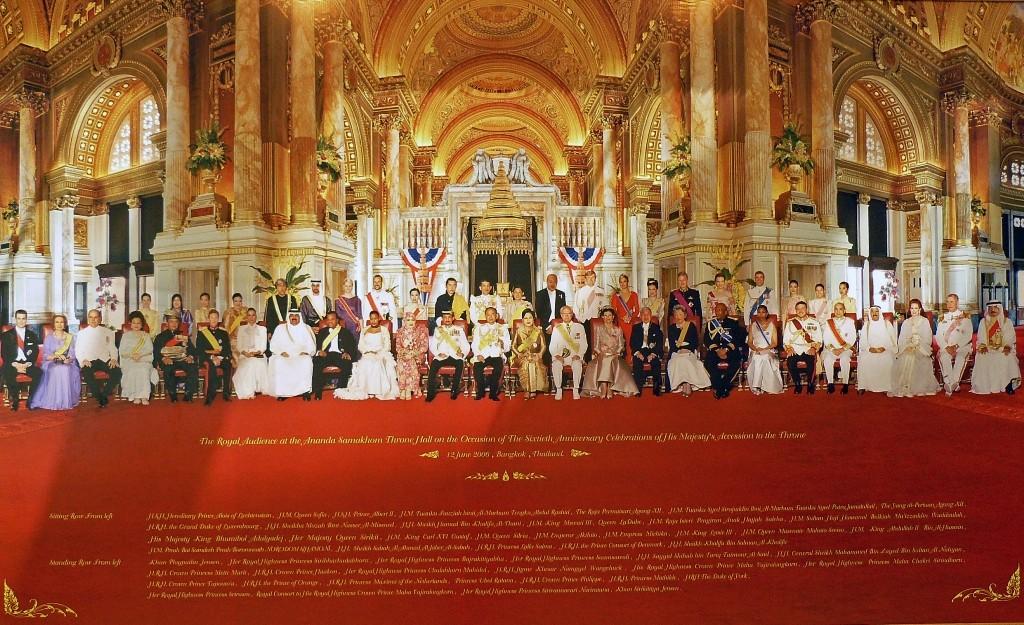 Der Hofstaat des thailändischen Königs nebst Gästen - Foto auf dem Airport