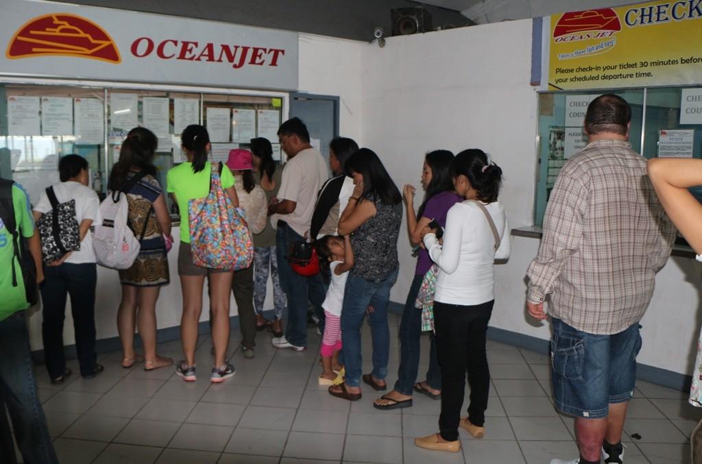 Anstehen am Schalter bei Oceanjet, hier geht es ähnlich zu wie auf dem Airport!