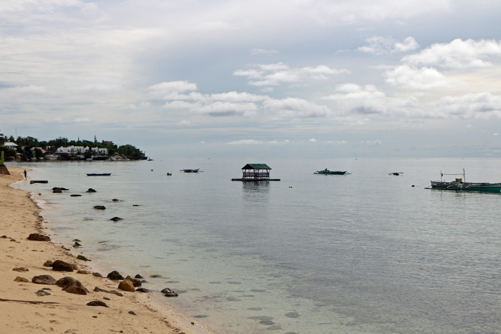 Badestrand und Cebu Strait in der Nähe von Oslob