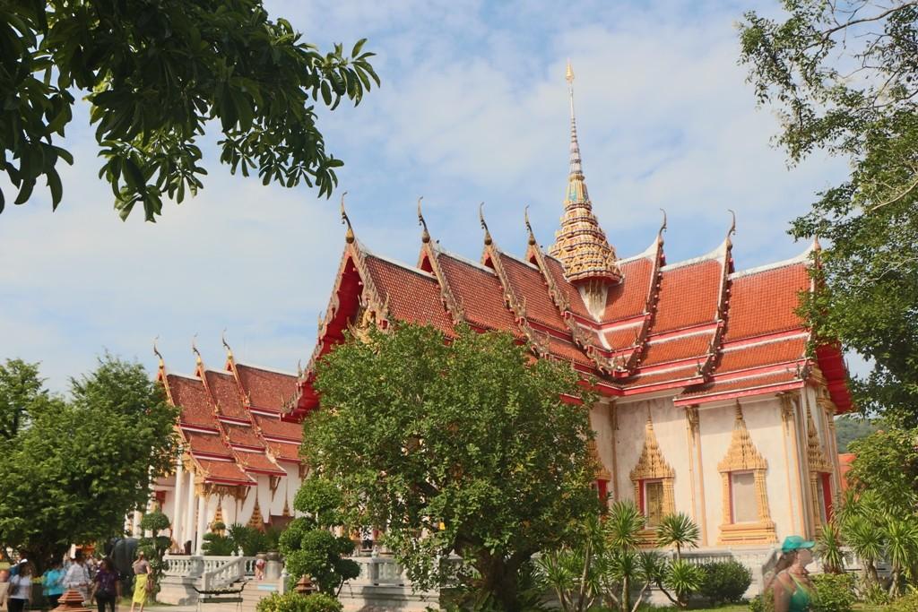 Tempeldach im Wat Chalong mit den Chofahs