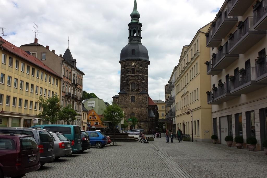Die sehenswerte Johannis Kirche am Markt von Bad Schandau mit Brunnen
