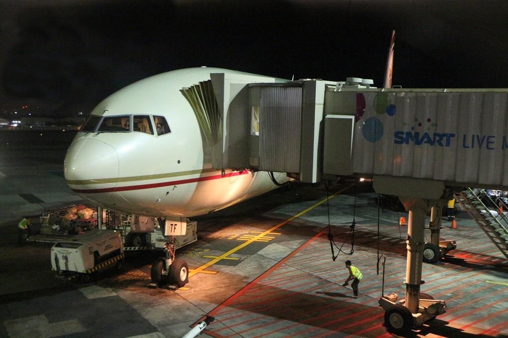 Unsere B777-300 von ETIHAD Airways steht schon da und wir kommen auch gut aber etwas steif nach etwa 8,5 Std. Flugzeit in Manila an!