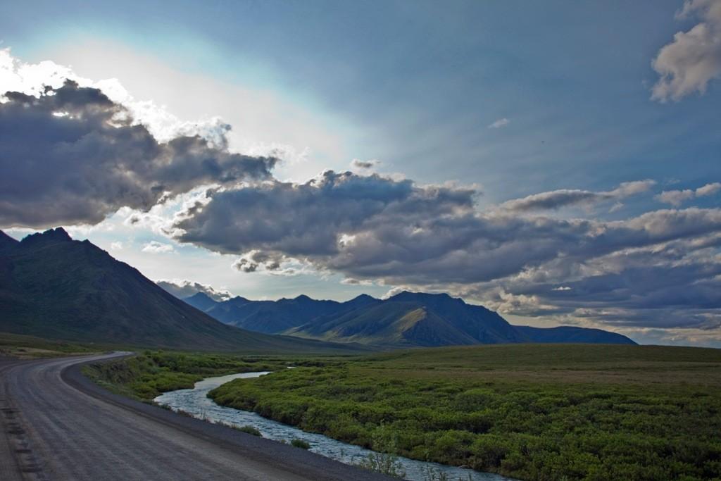 Der HWY mit North Klondike Range und North Klondike River im Gegenlicht