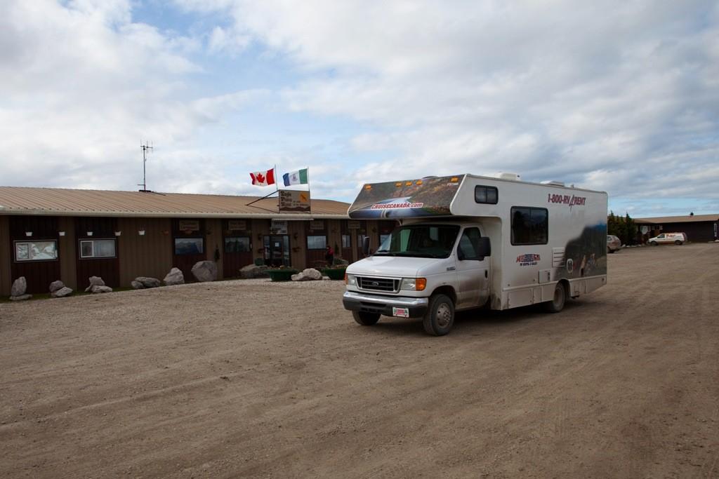 Stopover in Eagle Plain (Km 363), einzige Tankstelle, Roadhouse, Hotel und sogar mit Waschsalon auf dem Weg via North