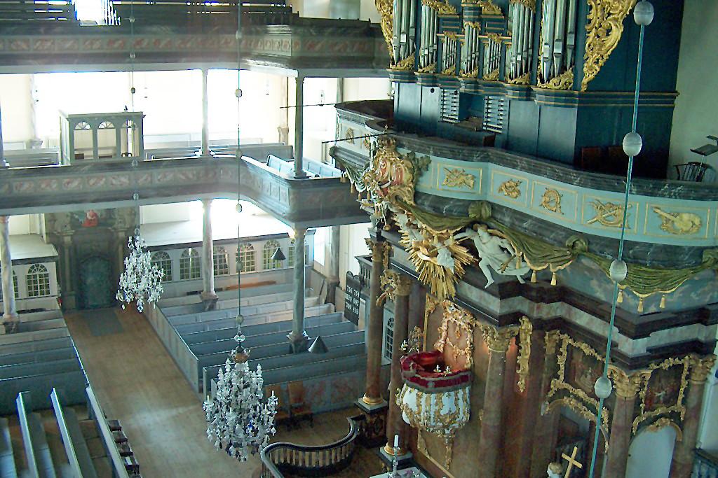 Teilansicht von Kanzel und Orgel in der Kirche.