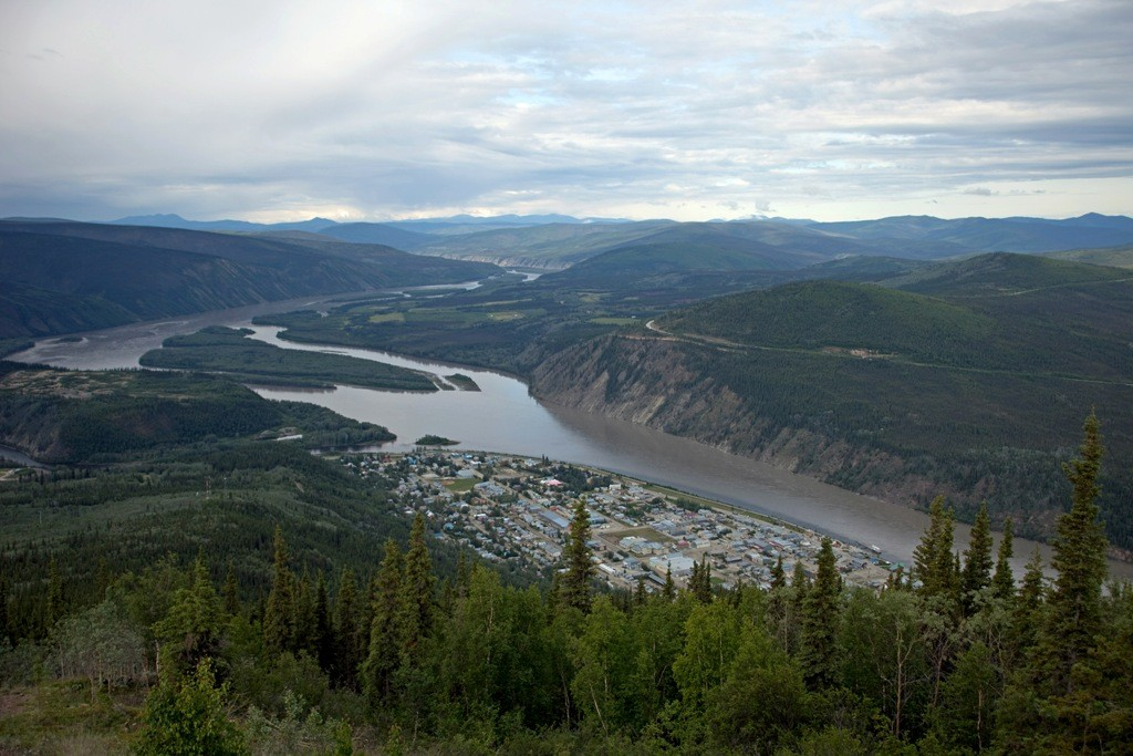 "Der Yukon, Dawson City, links die Mündung des Klondike Rivers und rechts am Hang der Beginn des ""Top of the World"" HWY´s"
