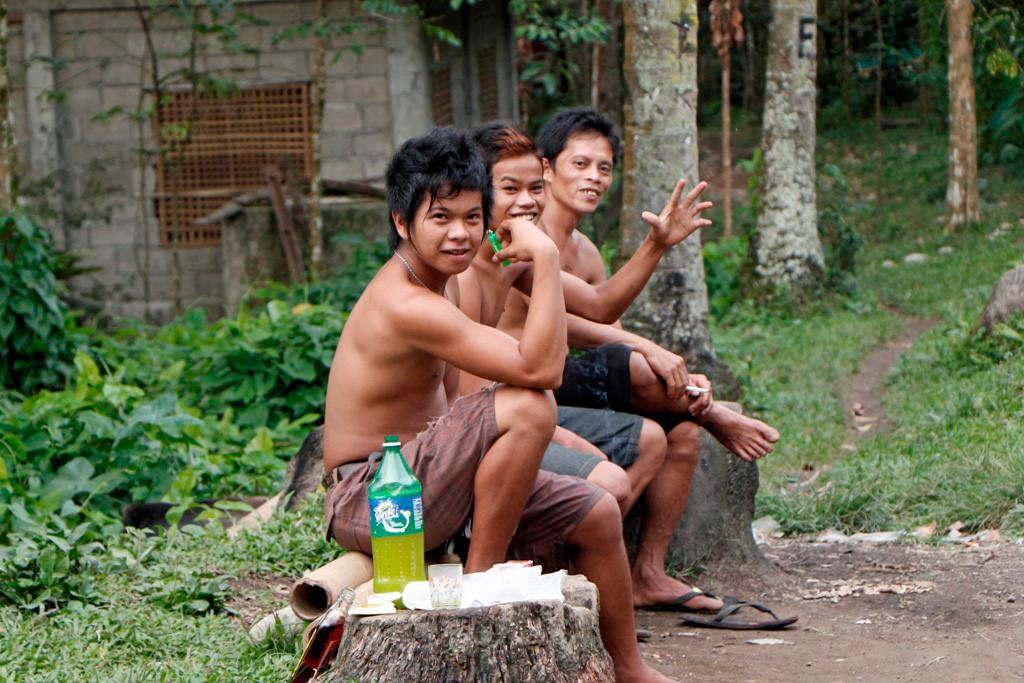Junge Filipinos während einer Spielpause!